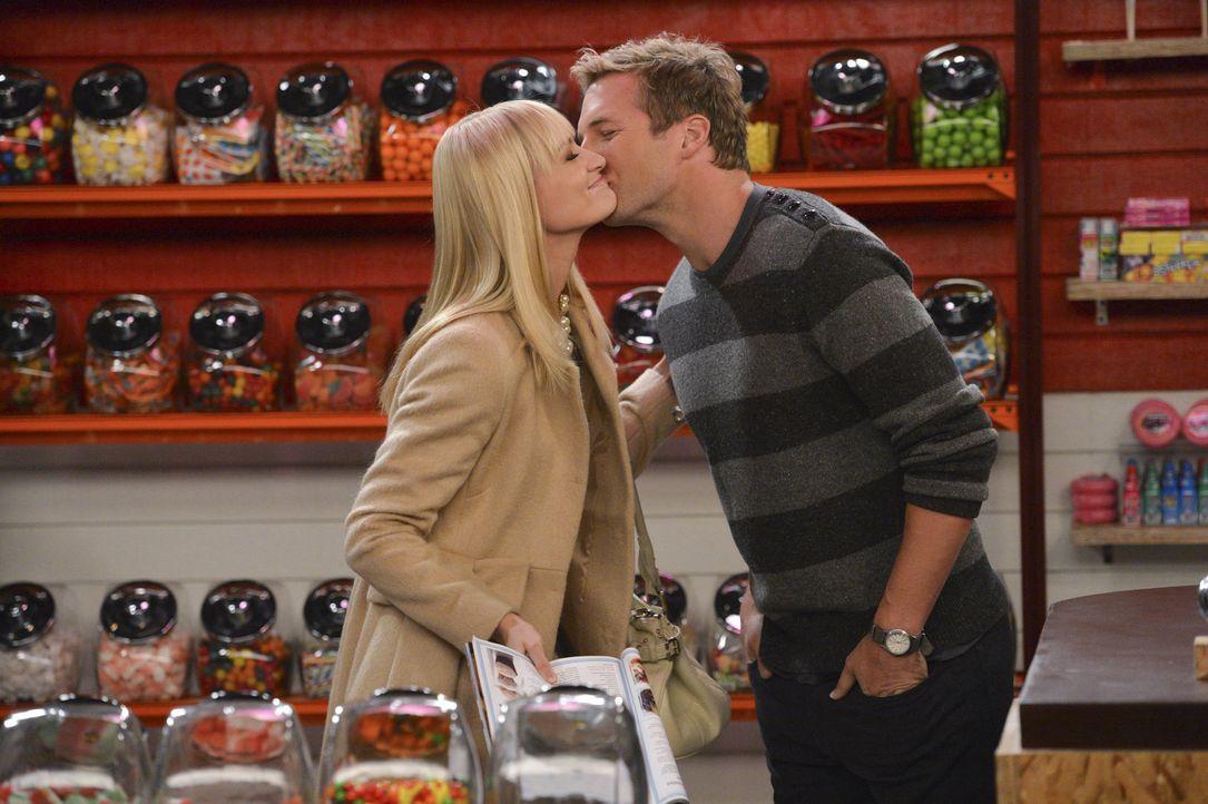 Zwischen Caroline (Beth Behrs, l.) und Andy (Ryan Hansen, r.) läuft es richtig gut. Gerade so, als wenn sie die große Liebe gefunden haben ... - Bildquelle: Warner Brothers