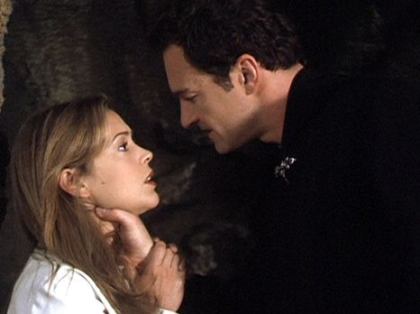 Charmed - Zauberhafte Hexen - Phoebe (Alyssa Milano, l.) ist in die Unterwelt...