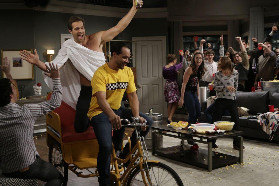 Felix verbringt ein Wochenende bei Emily - was Oscar dazu bringt, mit Murphs (Geoff Stults, 2.v.l.) Hilfe eine große Party zu schmeißen ... - Bildquelle: Sonja Flemming 2015 CBS Broadcasting, Inc. All Rights Reserved