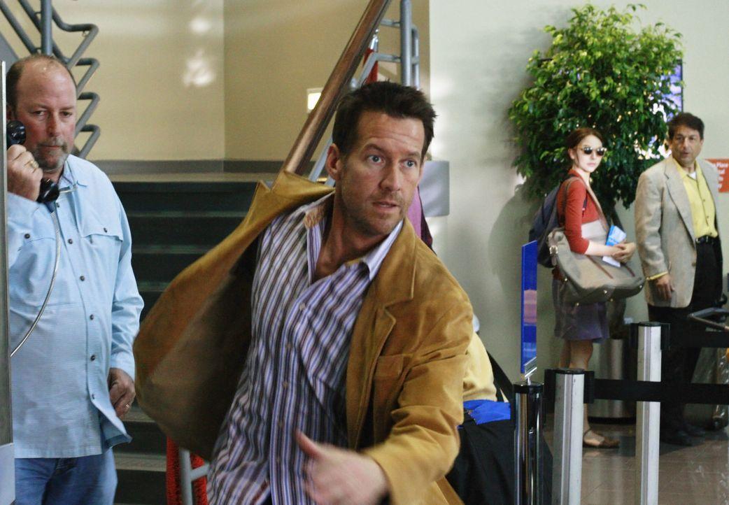 Nachdem Mike (James Denton) ein Videoband von Dave gesehen hat, bricht er plötzlich auf und lässt Katherine am Flughafen sitzen ... - Bildquelle: ABC Studios