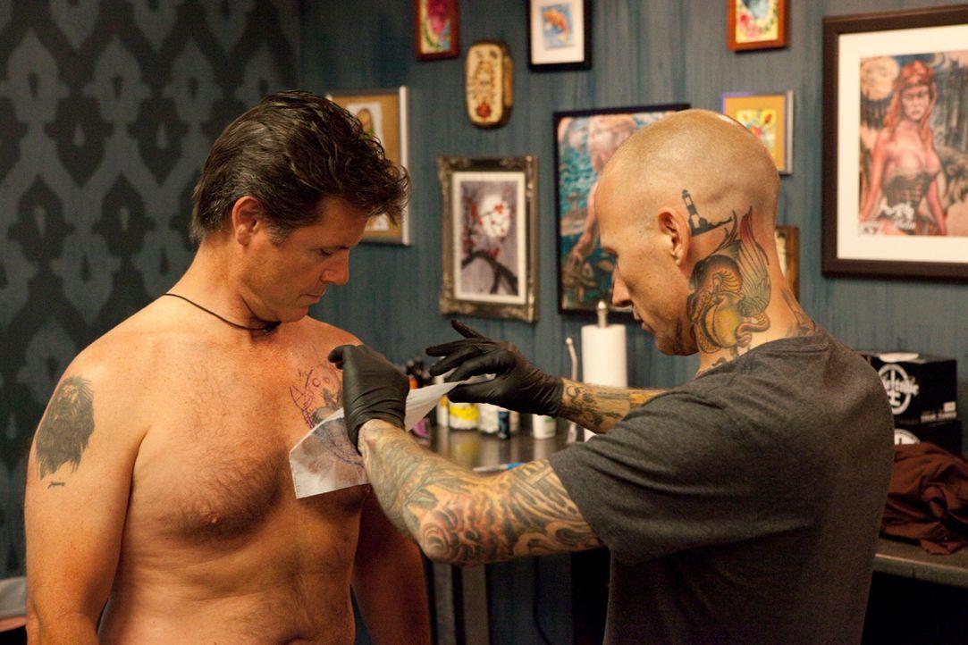 """Und wieder befreit Tommy Helm (r.) einen unglücklichen Kunden von seiner """"Tattoo-Sünde"""" ... - Bildquelle: 2012 Spike Cable Networks Inc. All Rights Reserved."""