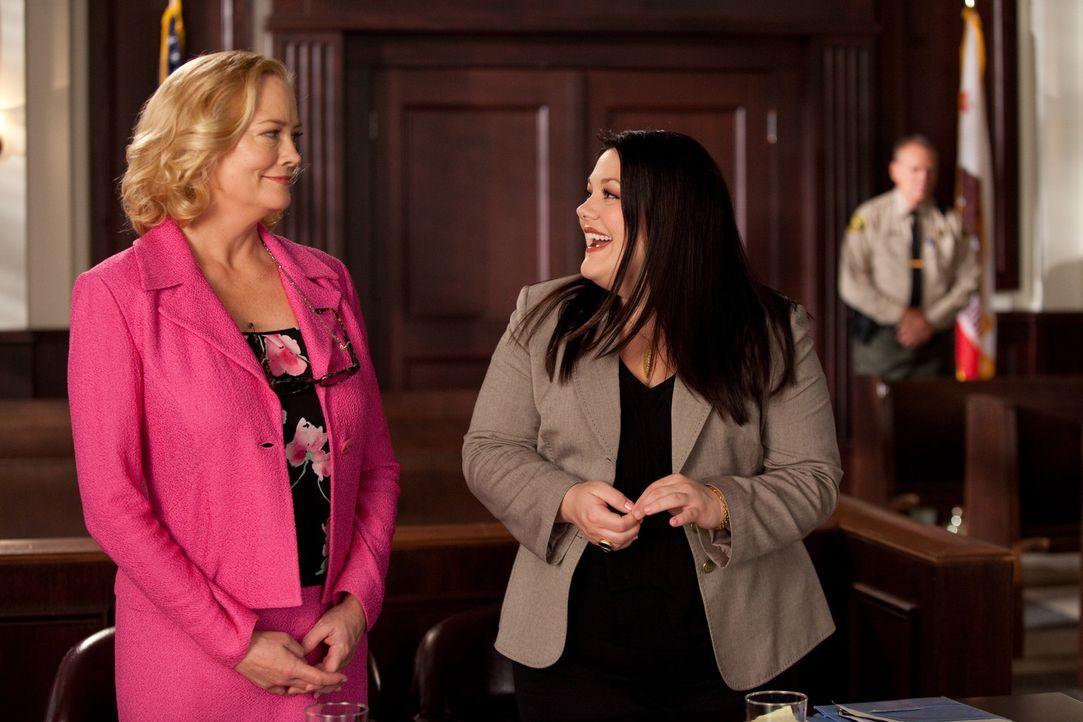 Eine erfolgreiche, zickige Modeschöpferin (Cybill Shepherd, l.) bittet Jane (Brooke Elliott, r.) um Hilfe, weil ihre Assistentin ein Enthüllungsbu... - Bildquelle: 2009 Sony Pictures Television Inc. All Rights Reserved.