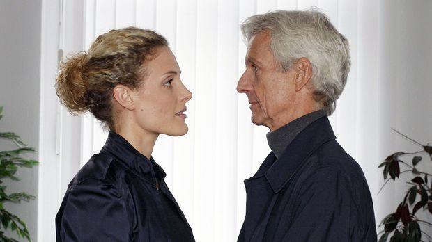 Maja (Barbara Lanz, l.) ist erleichtert, als Robert (Mathieu Carrière, r.) ih...