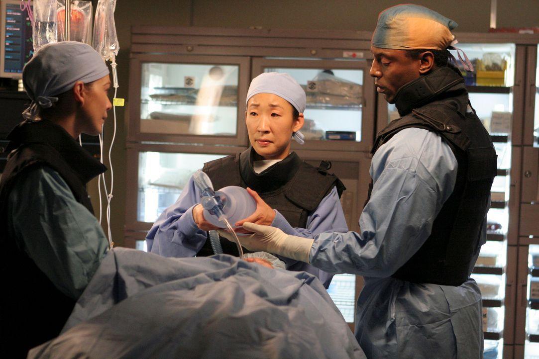 Haben eine schwierige Operation vor sich: Meredith (Ellen Pompeo, l.), Burke (Isaiah Washington, r.) und Cristina (Sandra Oh, M.)  ... - Bildquelle: Touchstone Television