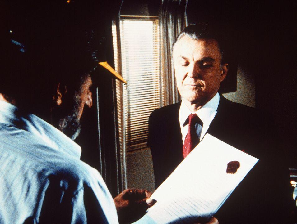 Der sonderbare Dr. Stone (Anthony Zerbe, r.) überreicht seine Rechnung - einen Vertrag, mit dem Mark (Victor French, l.) seine Seele dem Teufel verp... - Bildquelle: Worldvision Enterprises, Inc.