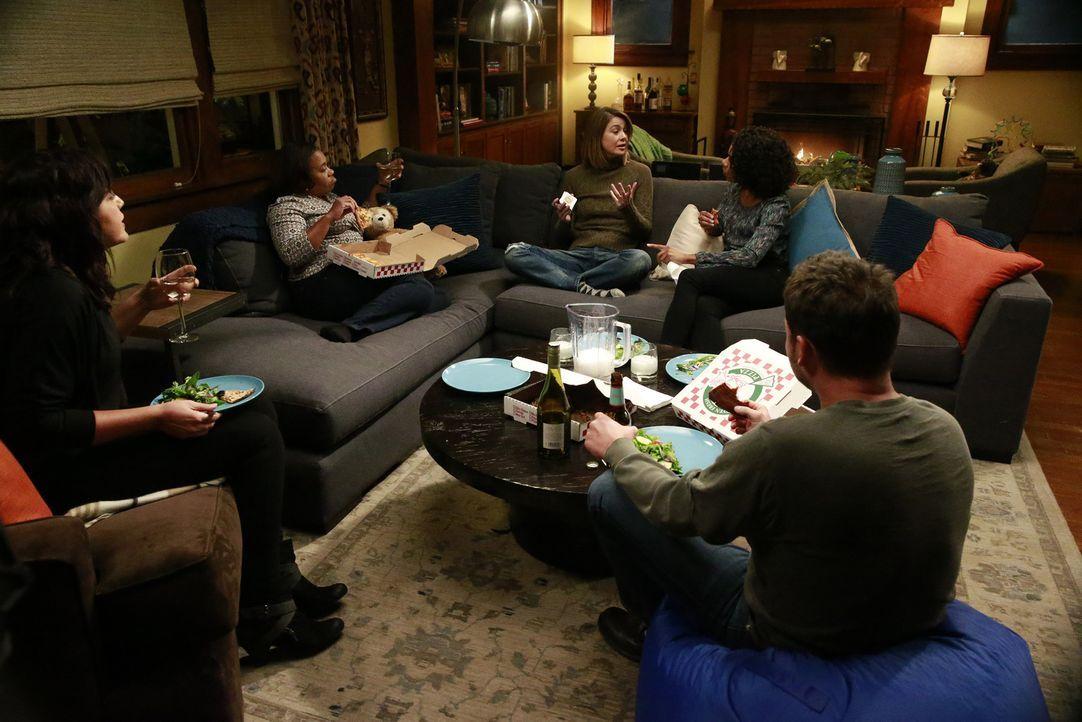 Nach der brutalen Attacke auf Meredith (Ellen Pompeo, M.), kümmern sich Callie (Sara Ramirez, l.), Maggie (Kelly McCreary, 2.v.r.), Bailey (Chandra... - Bildquelle: Michael Hassan ABC Studios
