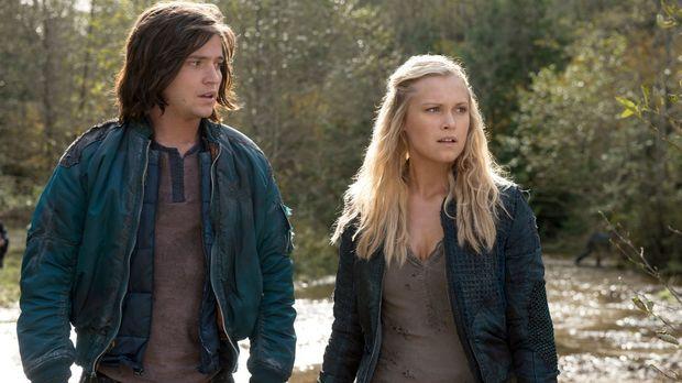 Nachdem Finn (Thomas McDonell, l.) und Clarke (Eliza Taylor, r.) die Wahrheit...