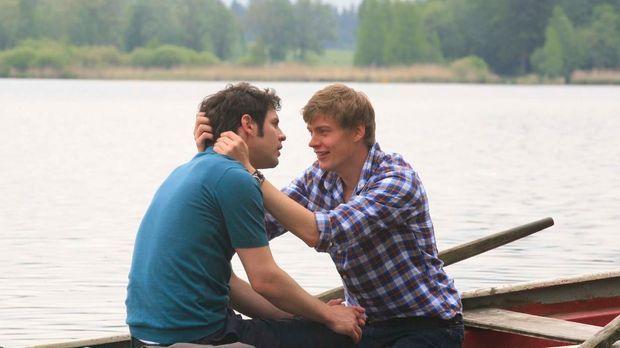 Der romantische Bootstrip der beiden Verliebten (Manuel Wittig, l. und Andrea...