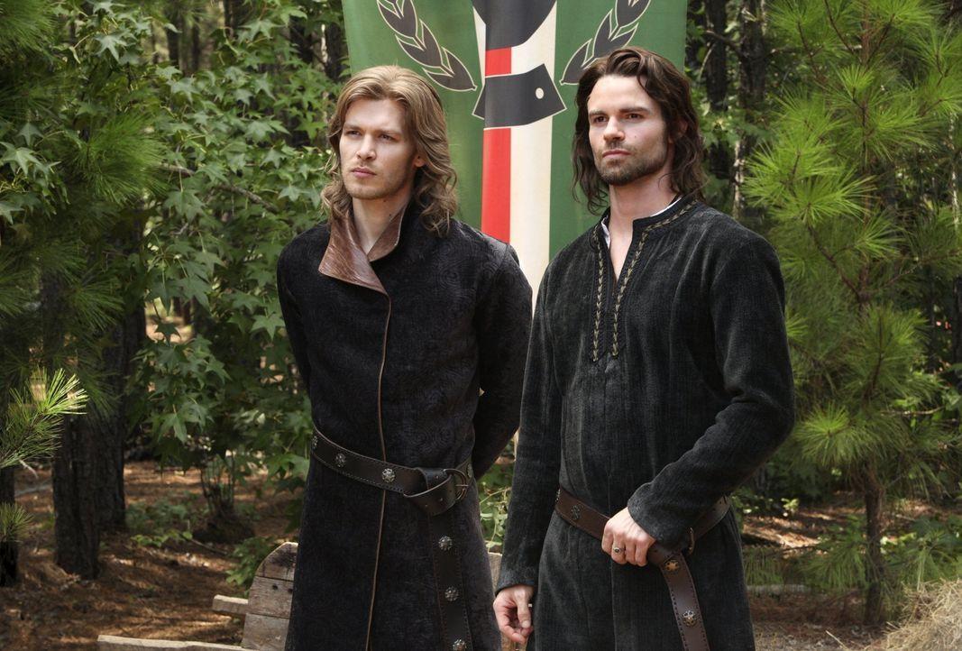 Schon vor hunderten von Jahren machten Klaus (Joseph Morgan, l.) und Elijah (Daniel Gillies, r.) die Bekanntschaft mit einer Bruderschaft. Damals gl... - Bildquelle: Warner Brothers