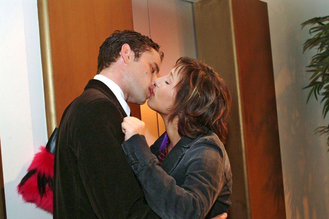 Max (Alexander Sternberg, l.) und Yvonne (Bärbel Schleker, r.) werden plötzlich wieder von ihren Gefühlen übermannt und küssen sich leidenschaf... - Bildquelle: Monika Schürle Sat.1