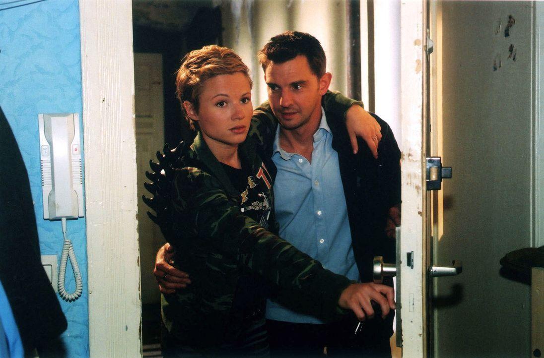 Tom (Steven Merting, r.) kümmert sich um Karen (Daniela Preuß, l.), die Freundin des Mordopfers. - Bildquelle: Claudius Pflug Sat.1