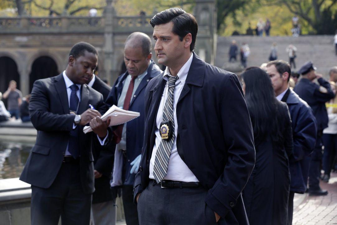 Versucht alles, um den Mörder eines britischen Adligen aufzuspüren: Detective Hanson (Donnie Keshawarz, vorne) ... - Bildquelle: Warner Brothers