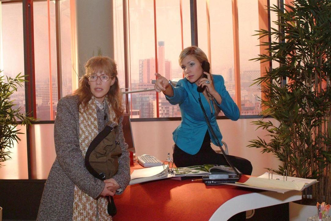 """Bei """"Kerima Moda"""" trifft Lisa (Alexandra Neldel, l.) auf die eiskalte Blondine Sabrina Hofmann (Nina-Friederike Gnädig, r.), die dort als Empfangsda... - Bildquelle: Monika Schürle Sat.1"""
