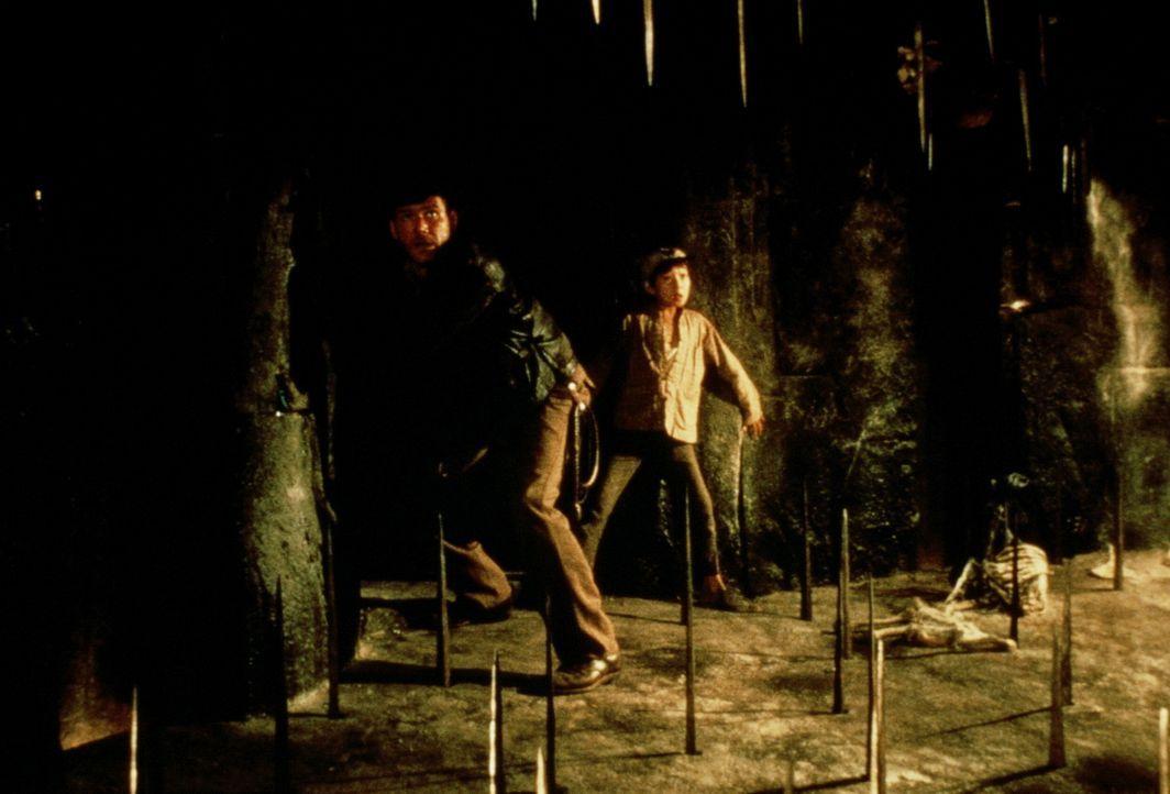 Im Palast des Maharadschas von Pankot entdecken Indy (Harrison Ford, l.) und Short Round (Ke Huy Quan, r.) einen Geheimgang, doch in dem uralten Gem... - Bildquelle: Paramount Pictures