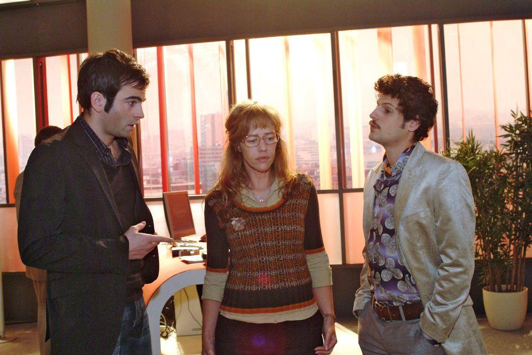 David (Mathis Künzler, l.) erkundigt sich bei Lisa (Alexandra Neldel, M.) und Rokko (Manuel Cortez, r.) über die Aufgabenverteilung bei der ansteh... - Bildquelle: Monika Schürle Sat.1