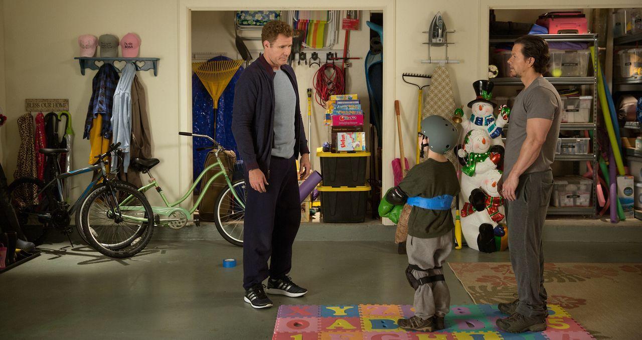 Plötzlich steht der junge Dylan (Owen Vaccaro, M.) zwischen den Stühlen. Doch dann macht er es sich zu nutzen, wie Brad (Will Ferrell, l.) und Dusty... - Bildquelle: (2017) Paramount Pictures.