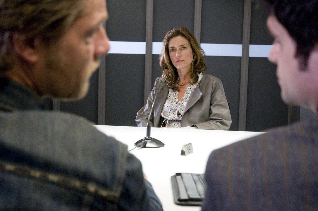Weil ihr Ehemann ein Verhältnis mit der Toten hatte, nehmen Mick (Henning Baum, l.) und Andreas (Maximilian Grill, r.) Claudia Meyer (Julia Bremerm... - Bildquelle: SAT.1