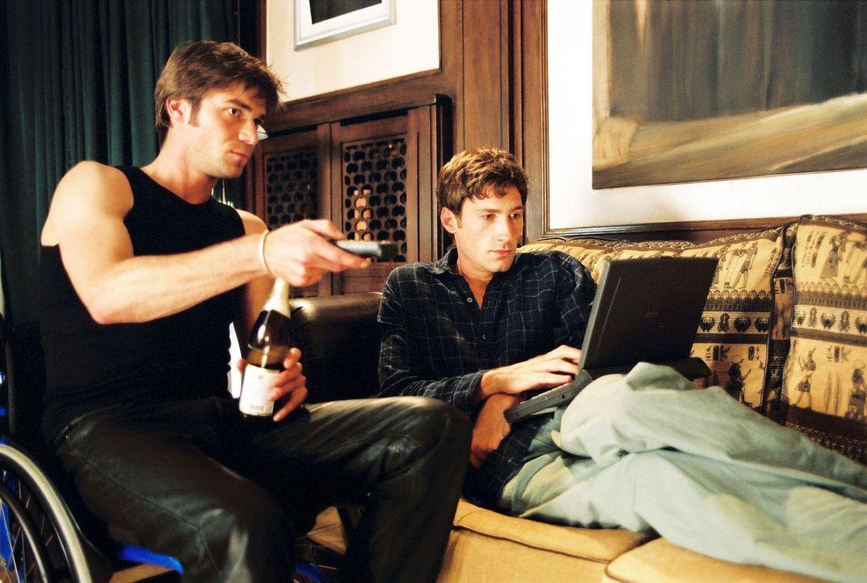 Christoph (Thomas Scharff, l.) sitzt im Rollstuhl seines Bruders Jonathan (Benjamin Sadler, r.), der seinen ersten Musiktext schreibt. - Bildquelle: Susan Skelton Sat.1