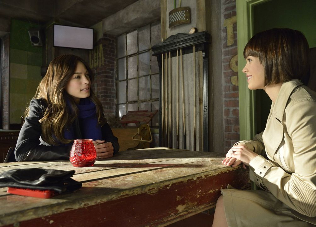 Cat (Kristin Kreuk, l.) bekommt überraschend Besuch von ihrer Schwester Heather (Nicole Gale Anderson, r.), was ihr sehr ungelegen kommt ... - Bildquelle: 2013 The CW Network, LLC. All rights reserved.