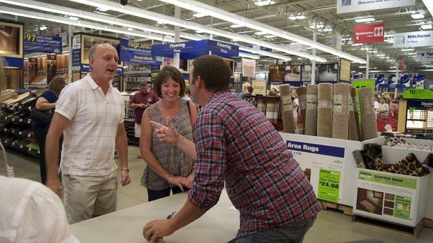 Josh Temple (r.) sucht im Baumarkt nach Heimwerkern, die Hilfe benötigen. Doc...