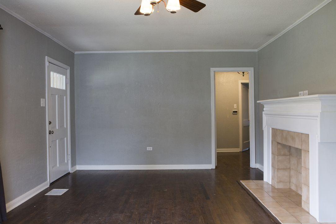 Dem Hauseingangsbereich und Wohnzimmer wollen Joanna und Chip eine Generalüberholung verpassen: Muss dafür der Kamin weichen? - Bildquelle: Jennifer Boomer 2017, Scripps Networks, LLC. All Rights Reserved.