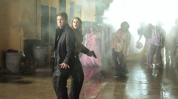 Richard Castle (Nathan Fillion, l.) und Kate Beckett (Stana Katic, 2.v.l.) we...
