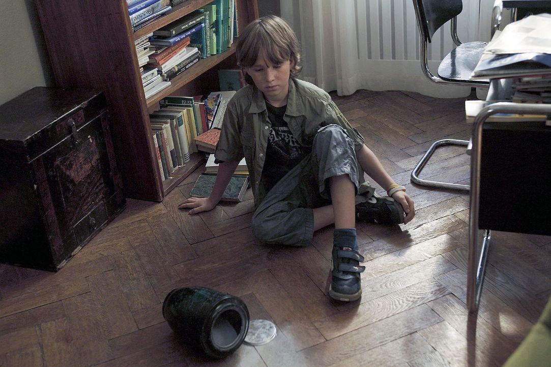 Timmy (Max Schmuckert) hat zu kräftig an der Urne gezogen. Mit einem plötzlichen Plopp fliegt der Deckel ab - und die Asche auf den Boden. Da kommt... - Bildquelle: Christian Hartmann Sat.1