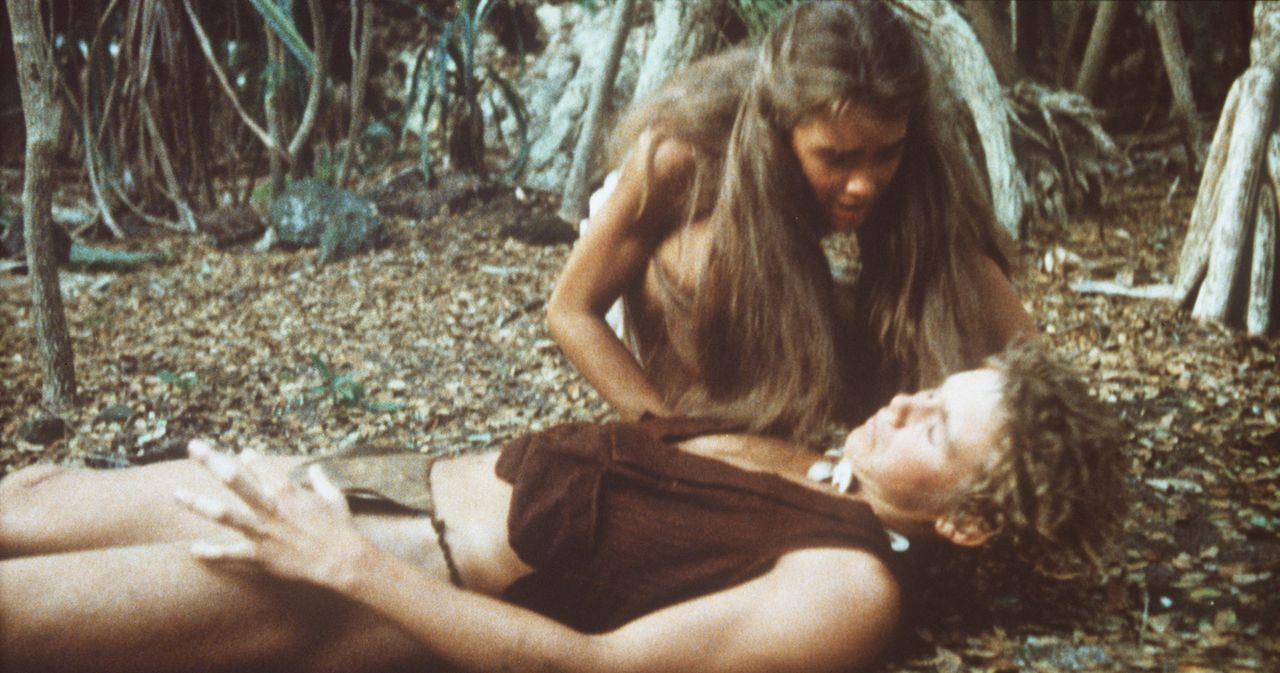 Voller Schrecken versucht Emmeline (Brooke Shields, hinten) den ohnmächtigen Richard (Christopher Atkins, vorne) zu wecken ... - Bildquelle: Columbia Pictures