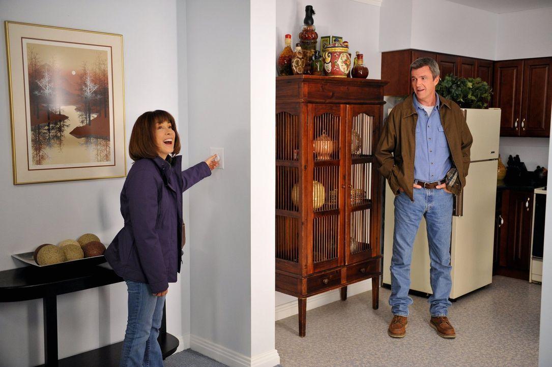 Ein Wasserschaden im Haus der Hecks lässt Frankie (Patricia Heaton, l.) und Mike (Neil Flynn, r.) über einen Umzug nachdenken. Doch ihre Kinder wehr... - Bildquelle: Warner Brothers