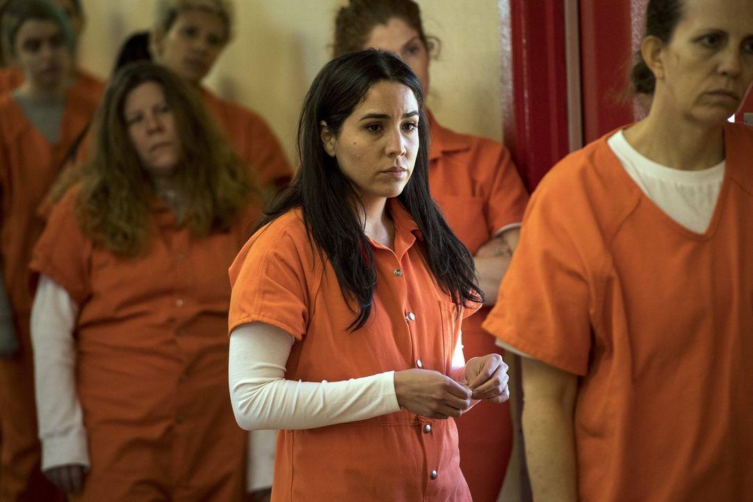 Zusammen mit einem Sandstorm-Agenten kommt Zapata (Audrey Esparza) auf Grund unglücklicher Umstände ins Gefängnis. Dort ist sie ganz auf sich allein... - Bildquelle: 2016 Warner Brothers