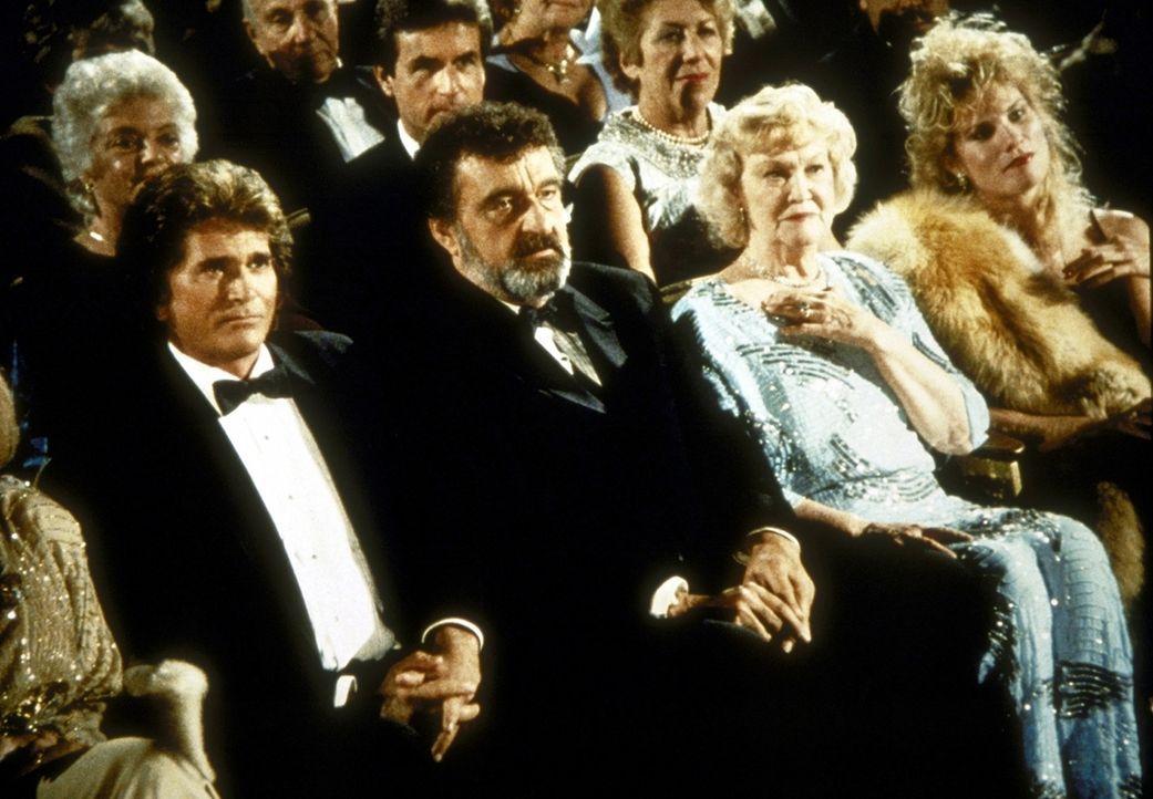 Phoebe Hall zu Ehren wird eine große Gala gegeben. Jonathan (Michael Landon, l.) und Mark (Victor French, 2.v.l.) sitzen dabei in der ersten Reihe. - Bildquelle: Worldvision Enterprises, Inc.