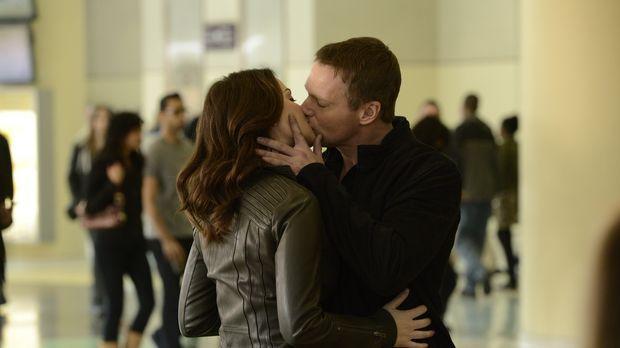 Werden Alex (Erica Durance l.) und Charlie (Michael Shanks, r.) es jemals sch...