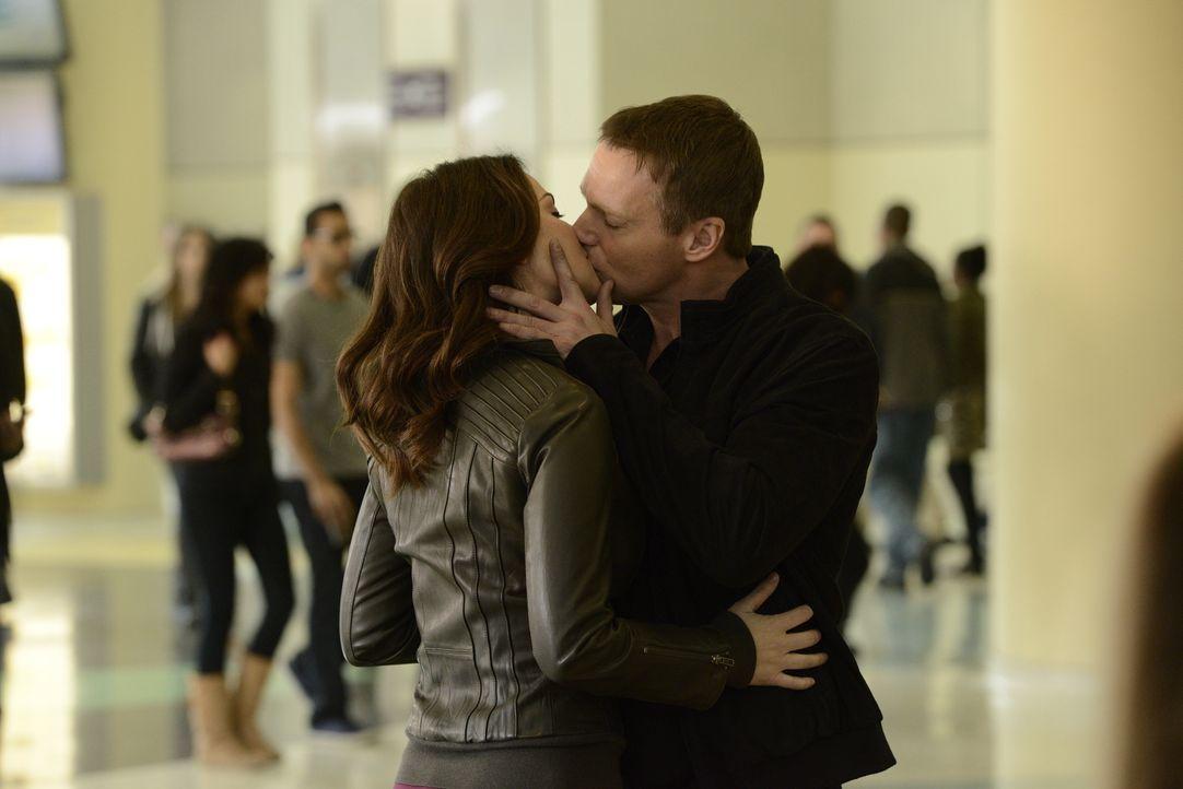 Werden Alex (Erica Durance l.) und Charlie (Michael Shanks, r.) es jemals schaffen zu heiraten? - Bildquelle: 2012  Hope Zee One Inc.