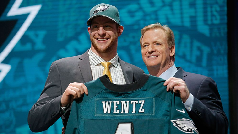 Carson Wentz (li.) spielte im College für die North Dakota State University. - Bildquelle: 2016 Getty Images
