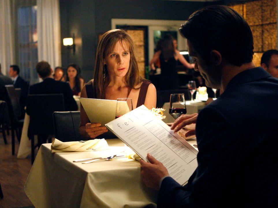 Luc (Gilles Marini, r.) hatte auf einen romantischen Abend zu zweit gehofft, doch Sarah (Rachel Griffiths, l.) hat ganz andere Absichten ... - Bildquelle: 2011 American Broadcasting Companies, Inc. All rights reserved.