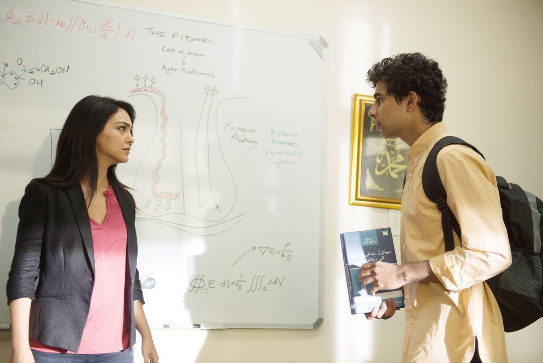 Mit einem Trick versuchen Carrie und Fara (Nazanin Boniadi, l.) mit Aayan (Suraj Sharma, r.), dem einzigen Überlebenden des Raketenangriffs in Dande... - Bildquelle: 2014 Twentieth Century Fox Film Corporation