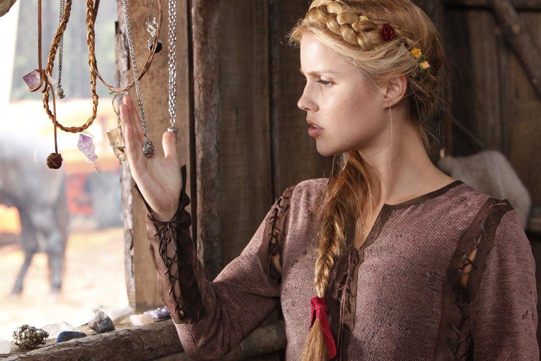 Erinnert sich an die Zeit, als ihre Familie aus Europa nach Amerika kam und unter Werwölfen lebte: Rebekah (Claire Holt) - Bildquelle: Warner Bros. Television