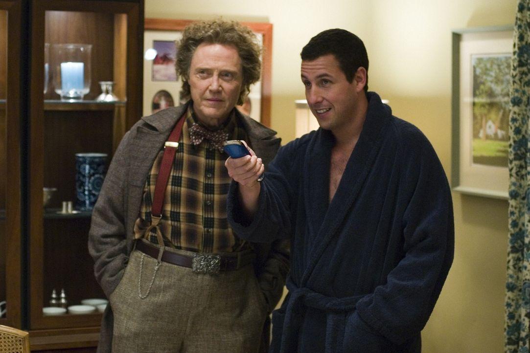 Durch Morty (Christopher Walken, l.) erfährt Michael (Adam Sandler, r.), wie er die neue Fernbedienung benutzen muss ... - Bildquelle: Sony Pictures Television International. All Rights Reserved.
