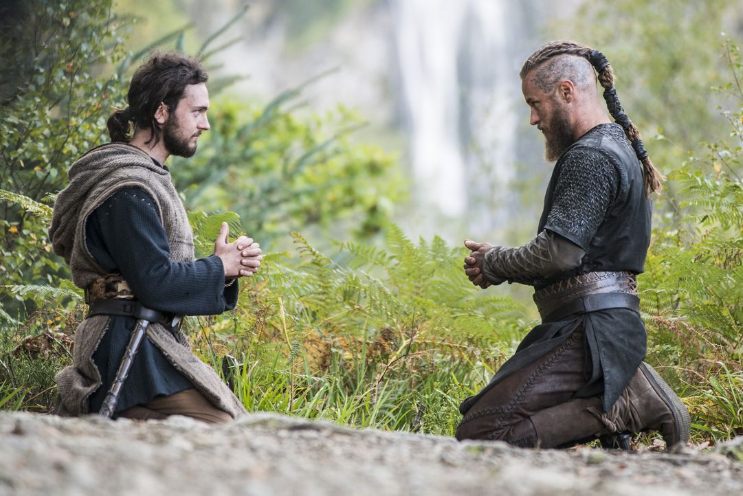 Während König Horik seinen Plan, Ragnar auszuschalten, weiter nachgeht, sind Athelstan (George Blagden, l.) und Ragnar (Travis Fimmel, r.) beim geme... - Bildquelle: 2014 TM TELEVISION PRODUCTIONS LIMITED/T5 VIKINGS PRODUCTIONS INC. ALL RIGHTS RESERVED.