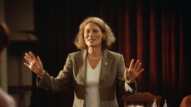 Marie (Geraldine James), die Vorsitzende des lokalen Women's Institute von Kn...