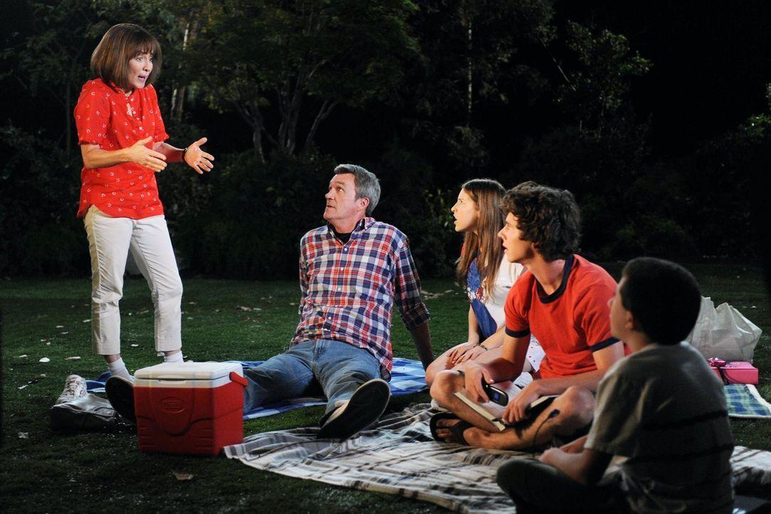 Als die Hecks (Patricia Heaton, l., Neil Flynn, 2.v.l., Eden Sher, 3.v.l., Charlie McDermott, 2.v.r., Atticus Shaffer, r.) einen Familienausflug ins... - Bildquelle: Warner Brothers