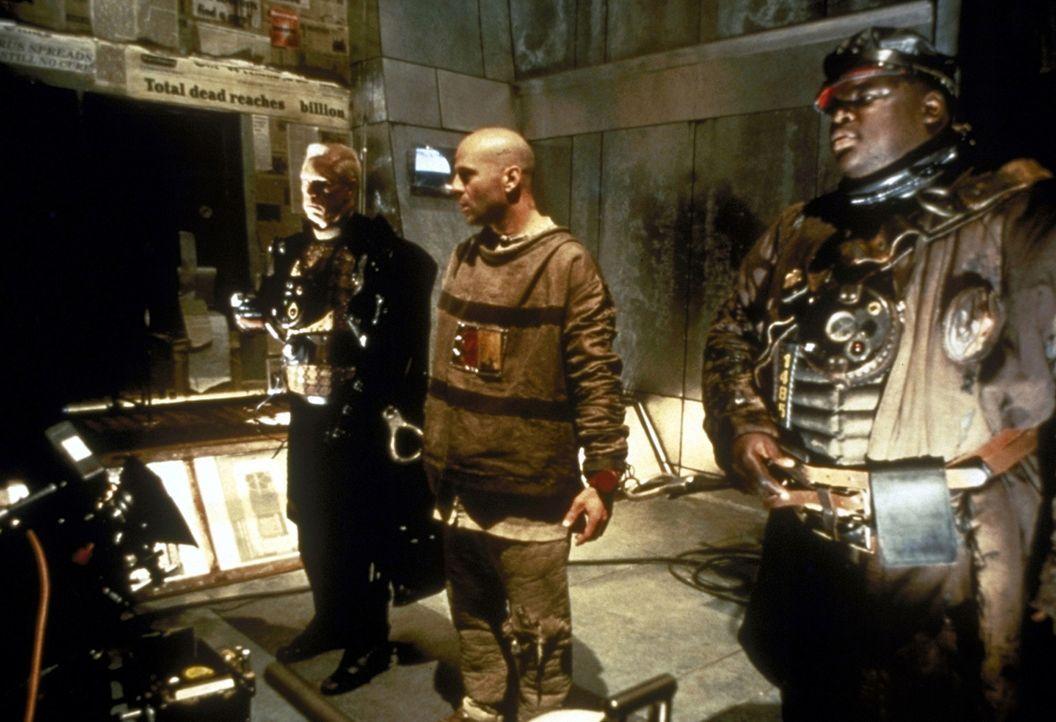 Im Jahr 2035 erhält der Schwerverbrecher James Cole (Bruce Willis, M.) den Auftrag, die Ursachen einer weltweiten Virus-Epidemie zu ergründen. Sch...