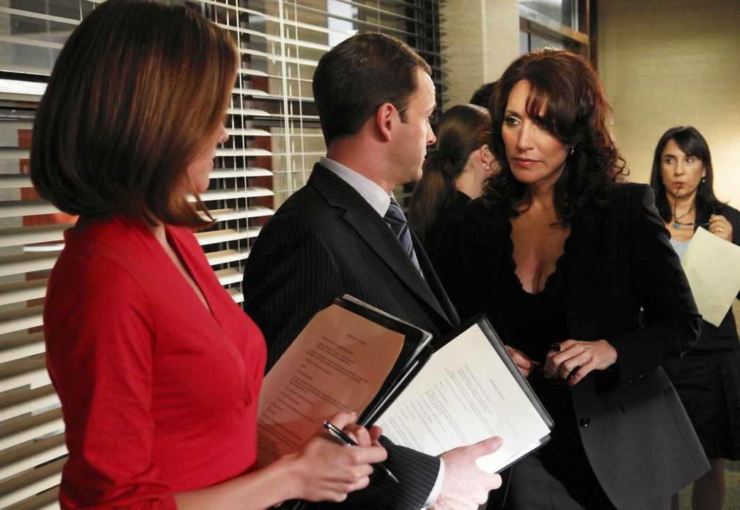 Hat Eli (Jonny Lee Miller, M.) etwas mit den Vorfällen zu tun? Maggie (Julie Gonzalo, l.) und Marci (Katey Sagal, r.) hegen einen Verdacht ... - Bildquelle: Disney - ABC International Television