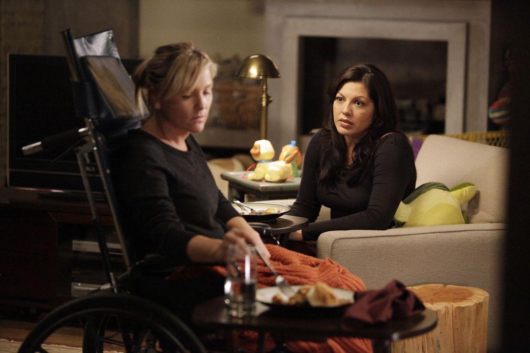 Während Bailey von ihren ehemaligen Schützlingen genervt ist, stehen Callie (Sara Ramirez, r.) und Arizona (Jessica Capshaw, l.) vor einen schwere... - Bildquelle: ABC Studios