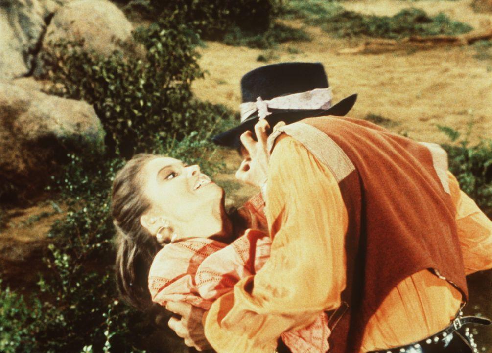 Der Zigeuner Spiro (Arthur Batanides, r.) überfällt die hübsche Tirza (Susan Harrison, l.). - Bildquelle: Paramount Pictures