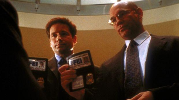 Skinner (Mitch Pileggi, r.) und Mulder (David Duchovny, l.) wollen nach dem m...