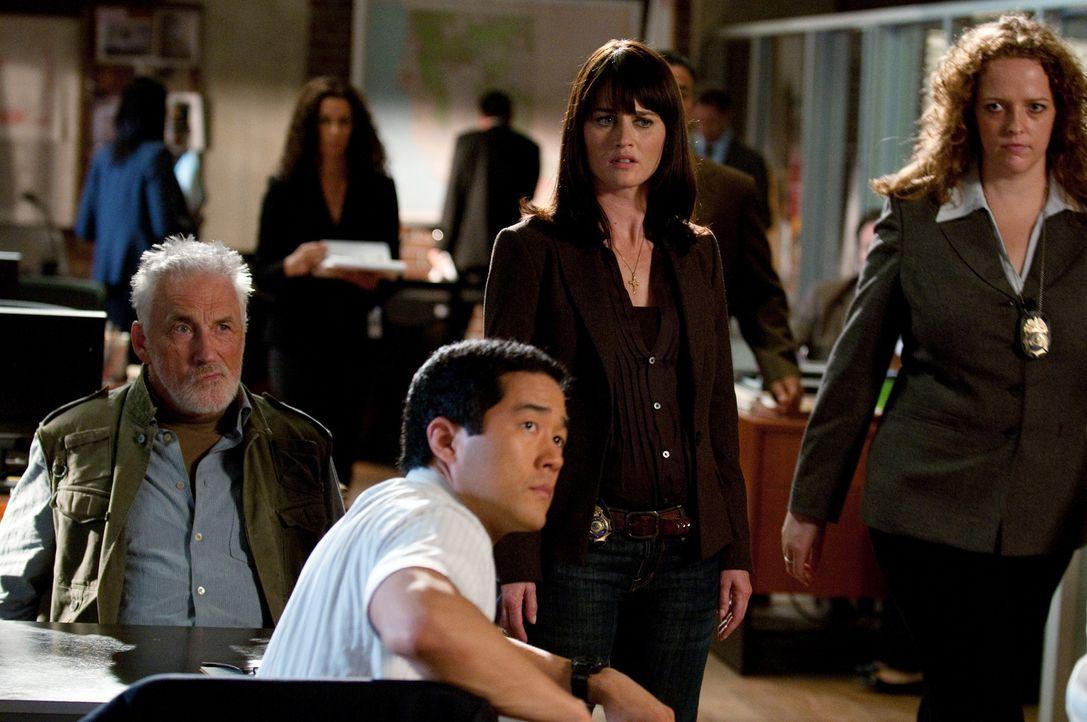 Können nicht glauben, dass Bosco so hart gegen Patrick vorgeht: Teresa (Robin Tunney, 2.v.r.) und Kimball (Tim Kang, 2.v.l.) ... - Bildquelle: Warner Bros. Television