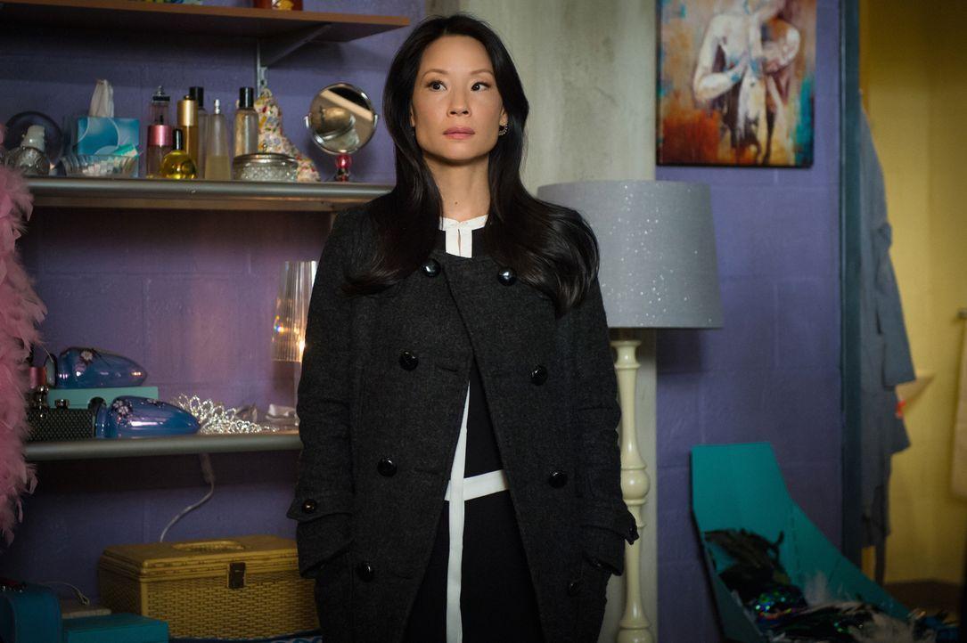 In der Garderobe der Primaballerina Iris Lanzer sucht Dr. Watson (Lucy Liu) nach Hinweisen auf einen möglichen Tatverdacht ... - Bildquelle: CBS Television