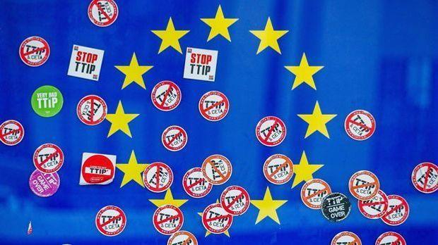 Europa-Flagge und Protest-Aufkleber TTIP Ceta