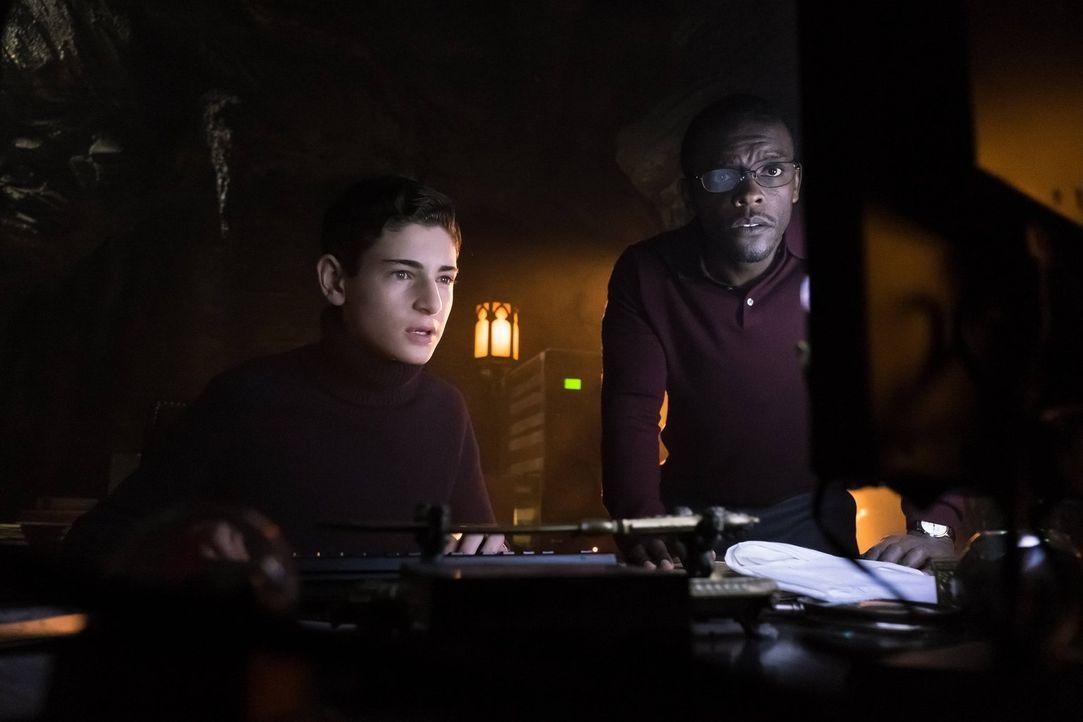 Können nicht glauben, dass sie wirklich etwas auf dem Computer von Thomas Wayne gefunden haben sollen: Bruce (David Mazouz, l.) und Lucius Fox (Chri... - Bildquelle: Warner Brothers